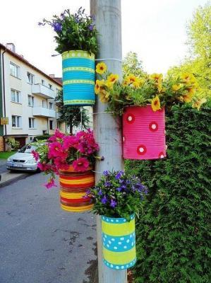 Repurposing emply tin cans? Vertical gardening?  Yes, please. (Photo spotted on Pinterest; links to cadimodaci.blogcu.com as the source.)