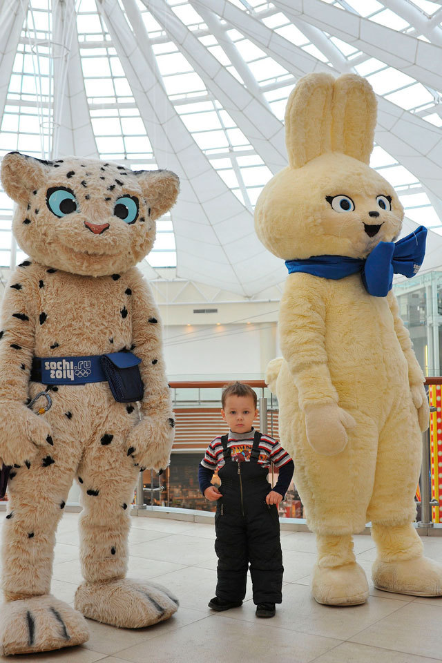 olympics:  A young @Sochi2014 fan meets the mascots (c)Sochi2014