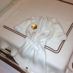 Sweet dreams guaranteed with this fondant bed, bathrobe, slippers treat from @FSNewYork. Tell us: what are your favourite hotel welcome gifts? #FSFotog  (at Four Seasons Hotel New York)