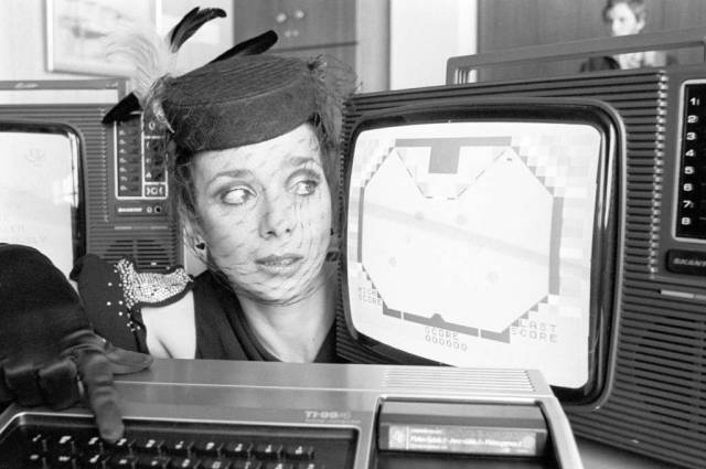 Jacqueline Pearce with a TI-99/4 (1980) #texas instruments#ti-99#jacqueline pearce#computer#technology#1980s#80s#80s#1980