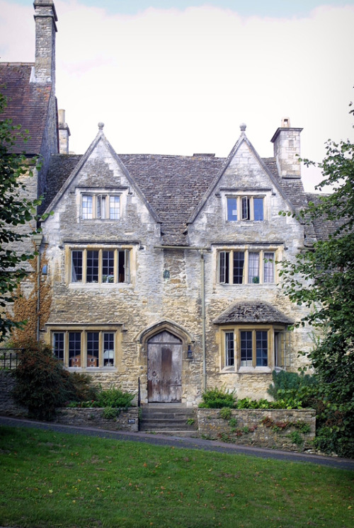 (via A house in the window, a photo from Oxfordshire, England | TrekEarth) Burford, Oxfordshire, England, UK