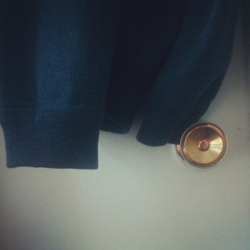 Sweater on the doorknobs.  #Montréal #home#blue#sweater#door#doorknobs (在 Rue de la Roche)
