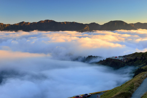 elsielazlo:  Clouds overflow 雲太滿@合歡山 by Vincent_Ting on Flickr.