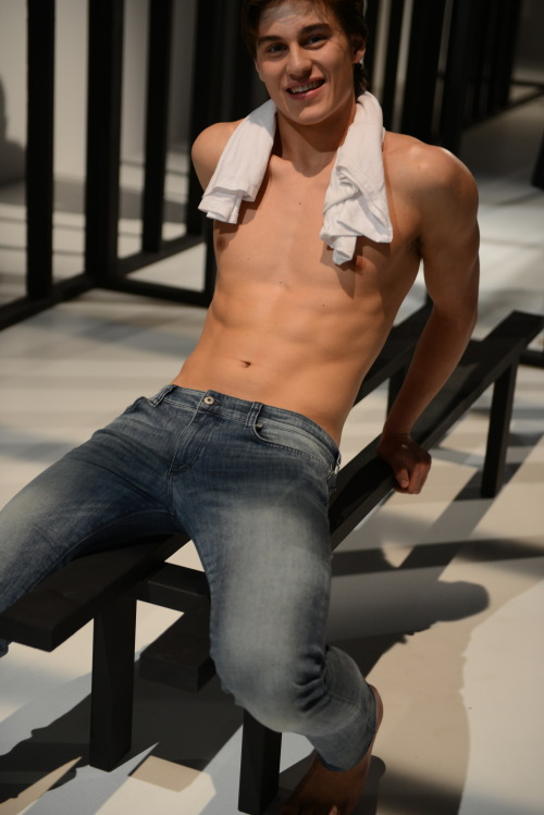 calvinklein: enforme  Bench - check.  Towel - check.  Six pack - check.  This is how you look hot in jeans!