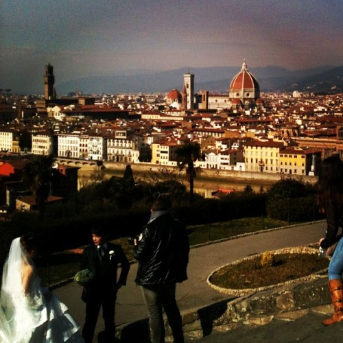Duomo and wedding, pretty good day. #duomo #firenze #florence #italy #wedding  (at Piazzale Michelangelo)