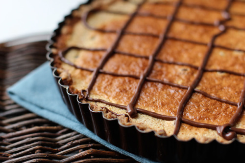 yummyinmytumbly:  tangerine-almond tart with chocolate drizzle  What i want now!