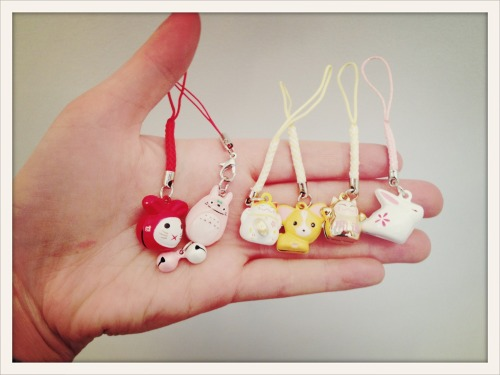 ADORABLE!!! Just in, new phone charms, zipper pulls, and keychain type cuteness!! Bunnies and Chihuahuas, Cardinals, lucky cats, strawberries, little totoros and even hamburgers! HAMBURGERS!! Pick from an assortment of colors, pinks n' blues n' reds OH MY! I want to collect them all!! (I want to beeee the very best, that no one ever waaaas, dun-dun-dun)    seriously, come see them for yourself. They jingle. Only at hot*pop, ladies n' gents!