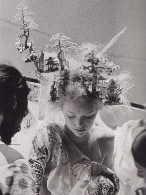 voguelovesme:  Gemma Ward backstage at Alexander McQueen Spring/Summer 2005 by Anne Deniau