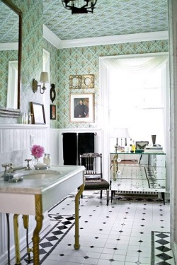 le-sojorner:  Fabulous wallpapered bathroom.