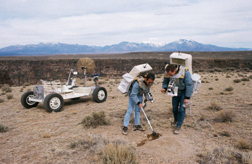 Lunar Rover, Driving School Two members of the prime crew of the Apollo 15 lunar landing mission collect soil samples during a simulation of lunar surface extravehicular activity in the Taos, New Mexico, area. Astronaut James B. Irwin, lunar module pilot, is using a scoop. Astronaut David R. Scott (right), commander, is holding a sample bag. On the left is a Lunar Roving Vehicle trainer. (vía 44 | From NASA's Archives, 50 Amazing Photos Of The Apollo Moon Missions | Co.Design: business innovation design)