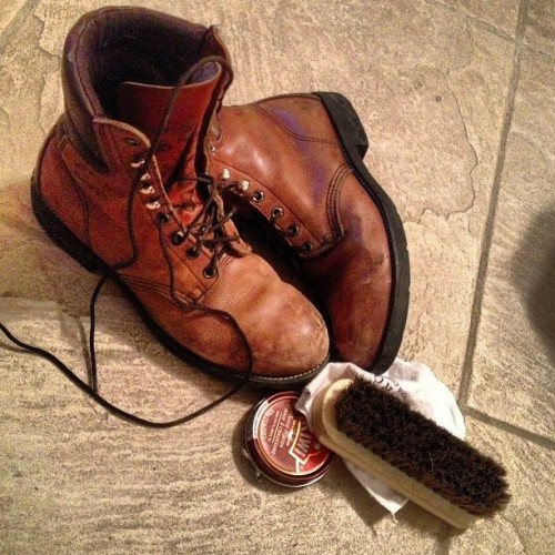 #thingsmydadtaughtme how to polish boots.  (at Casa de CoLa)