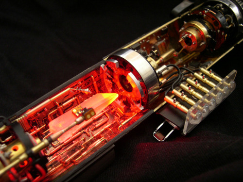 mrrmq999:  Inside Lightsaber!!