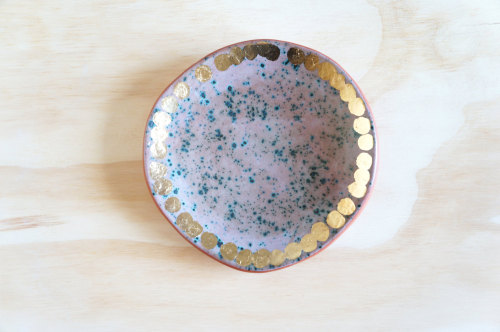 krgkrg:  Lovely combination of speckled glaze and golden dots. By The Object Enthusiast.