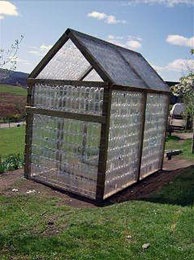 motherearthnewsmag:  This recycled water bottle greenhouse  idea is fantastic.