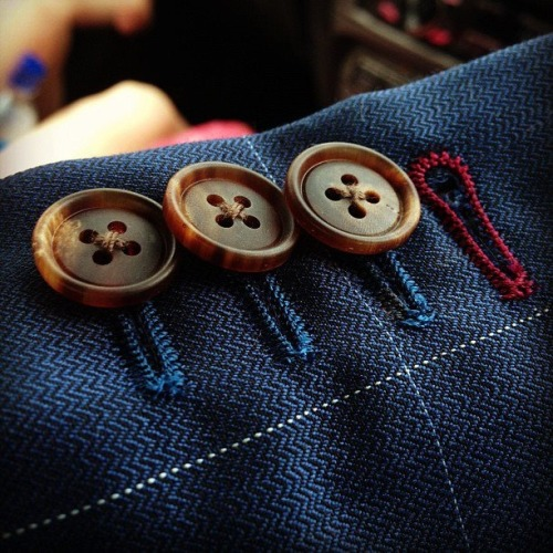 maninpink:  Button hole detail | If you know where to buy this cloth or any other alike please leave the comment in my blog. Thx. Terry
