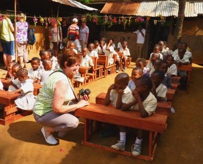 """Pateneltern von Reisekontor Schmidt geben """"Hilfe mit Herz"""" inKenia  Familie Ruckwied begleitet unser soziales Schulprojekt """"Hilfe mit Herz"""" in Kenia schon viele Jahre und hat ihr Herz an die Geschwister Ngala und Datu verloren."""