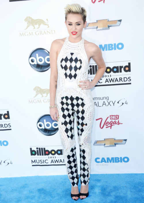 amazing outfit  keep being miley