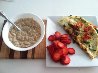 it-only-makesmestronger:  Breakfast this morning, delicious omlete of egg whites w/ spinach and tomato, oatmeal & fresh berries!