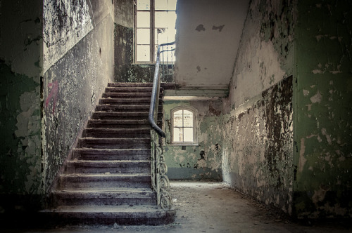 fuckyeahabandonedplaces:  Beelitz Heilstätten - Frauenklinik by sheggy on Flickr.
