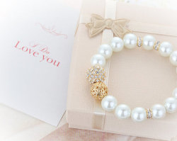 Cubic Ball Pearl Bracelet // MR0002 // Mothers day por queenspark on We Heart It. http://weheartit.com/entry/61965568/via/Sincola