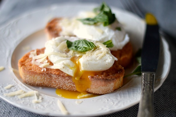 gastrogirl:  tomato rubbed garlic toast with a poached egg.