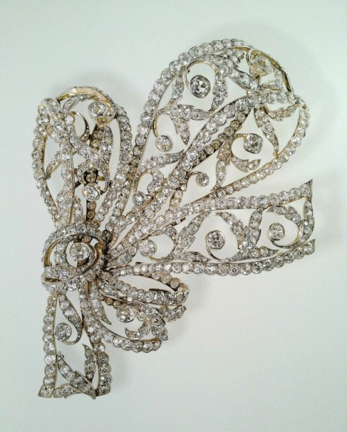 boucheron brooches antique brooches antique diamond brooch famous jewels royal jewels royal family diamond diamond brooch silver silver brooch gold gold brooch queen mother fine jewellery pieces high jewelry luxury jewelry