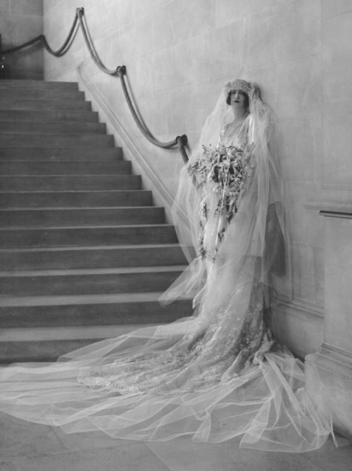 indypendent-thinking:  1924 wedding photo of Cornelia Vanderbilt