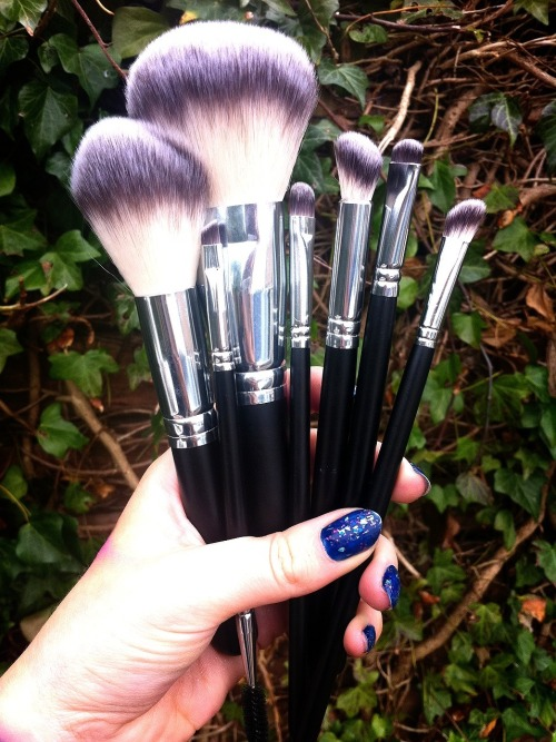 karlapowellmua:  Have you tried Crow brushes NEW seven Syntho brushes yet? I am in love with them &keep using them this week on my make-up jobs … www.crownbrush.co.uk Karla X  I want this >_<