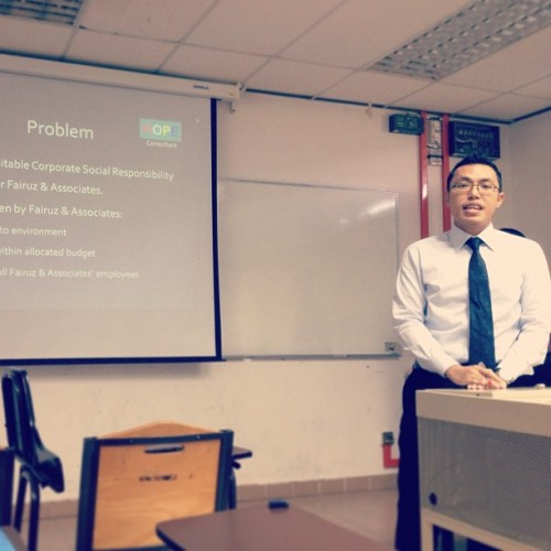 So excited it reflects on my expression. Last presentation before #graduation (taufiq, wore the tie you given me!) (at Kulliyyah of Economics & Management Sciences)