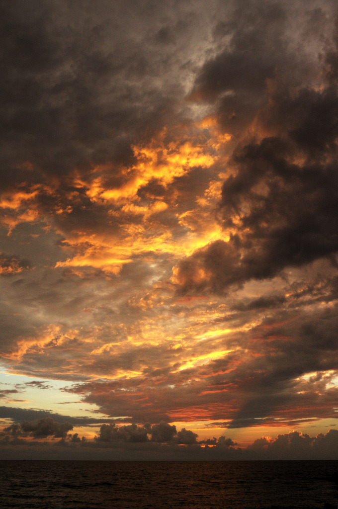 h4ilstorm:  cartagena sunset (by mariusz kluzniak)