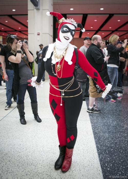 quinn-of-diamonds:  Second variation of the Classic Harley Quinn costume on Saturday.  I don't know anything about who robbed that jewelry store….  OH MY GOD I LOVE YOU SO MUCH FOR THIS.  YESSSSS.