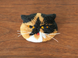 Goma the Cat Embroidery Art Brooch ~ La