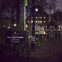 Soho Square Gardens #london #londres #uk #england #garden #soho #night #sky