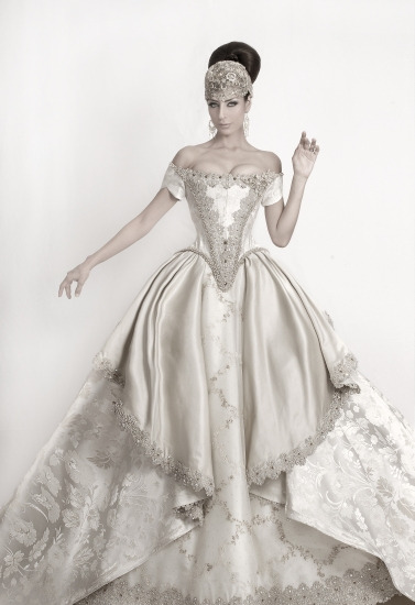 awesomeweddingdresses:  http://fashionbride.wordpress.com/2010/01/17/alberto-rodriguez-2010-bridal-collection-2/pic021/