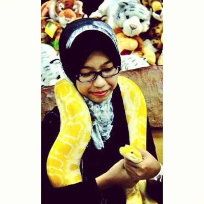 trying to tame it..ini semua poyo.. #snake #albinosnake #yellow #melacca #malaysia #afamosa #tame #instapet #instamood #ootd #waterthemepark #themepark #instafriend #instadaily  (at Water Theme Park, A'Famosa Resort Melacca)