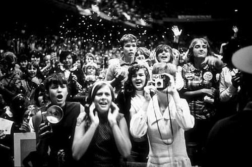 Fans at a concert during the Beatles US Tour 1964 (Gunther/MPTV)