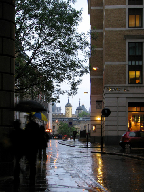 lndnwlkr:  Cooper's Row, City of London (by Ian Muttoo)