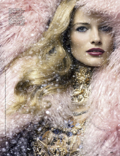 The December issue of Allure Russia is getting into the spirit of christmas with these glamorous winter wonderland-chic editorials! Bright makeup, elegant jewellery and snow! Perfect! I'm now dreaming of a fabulously white christmas! Let it Snow!