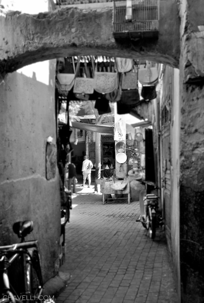 Finding my way through the Marrakech Souk http://chavelli.com/blog/photography/black-and-white-shots-from-the-medina