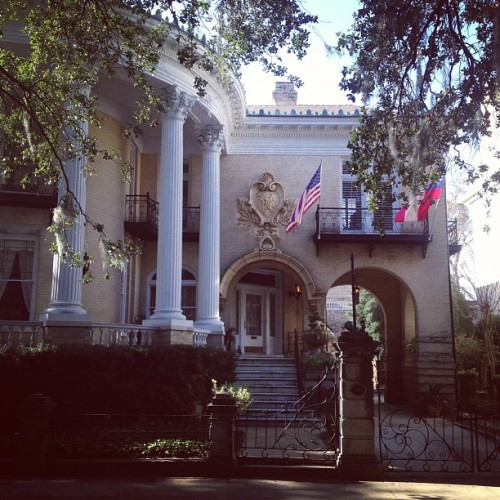 One of my favorite houses in #savannah #architecture #historic #design #urban #park #forsyth #flag #columns #crest #georgia #family #tree #landscape  (at Forsyth Park)