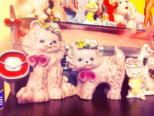 herekitty:  My new pink vintage chalkware grumpy cats! ^_^