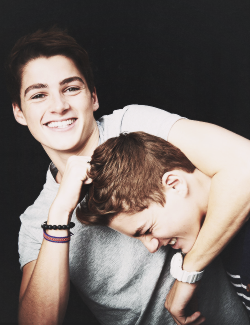kimmismiles:  This is my favourite photo of Jack and Finn :) So sweet.