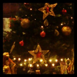 Detalles del árbol de navidad con el Belén #christmas #tree #star #stars #red #gold #xmas #light #lights #december
