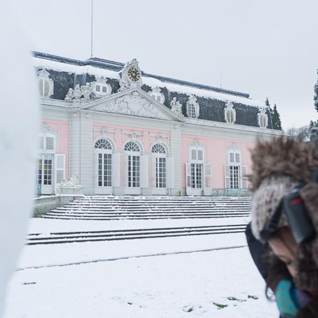 #SchlossBenrath mit @tamara.rojassibaja #snow #april #white #firsttime #winterzeit #schloss #rosa #benrath #schneemann #duesseldorf #düsseldorf #Lateinamerika #rosaschloss #tica #CostaRica #blog #märchenschloss #stuck #fühlen #weisseweihnacht