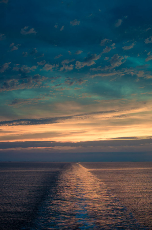 wonderous-world:  Sunset palette over the Atlantic by David Zheng