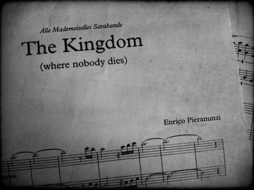 """Firenze, una mattina assolata di maggio in tre, davanti ad un buon caffè, a qualche pasticcino si parla di musica, di segni zodiacali, di mamme ansiose, di padri severi e padri che all'alba vanno a veder cerbiatti che si addormentano. Tutto inizia così, il Maestro parla delle Americhe, di New York, di una novantenne che beve vodka mentre rapita lo ascolta suonare, noi rapite lo ascoltiamo raccontare. Poi si suona. The Kingdom, un luogo dove nessuno muore mai e in quel luogo ci ritroviamo. Emozionatissime, tese con le mani che tremano e il Maestro domanda: """"chi di voi due tiene il tempo? ognuna dentro di se'? o qualcuna lo tiene e lo regala all'altra?"""" non sappiamo rispondere.. ma si inizia (e usiamo il """"si impersonale"""" che tanto lo fa sorridere) a contar con lui, è lui che tiene il tempo adesso, è lui che ce lo sta regalando. """"aprite l'orecchio, ascoltate il martelletto, appoggiate l'orecchio lì sulle corde e non sulla tastiera"""" """"la carta, la carta è cattiva, schiavizza, non fate in modo che prenda il sopravvento"""" """"non togliere mai le mani dalla tastiera"""" """"siate duo, sempre, anche nei silenzi, nelle attese, perchè anche lì è nascosta la musica, lì tra una pausa e il suono successivo, lì aspettatela e cercatela"""" """"siate duo!"""" l'emozione è grande, la bocca è asciutta, 1,2,3 si conta 3, oddio non sappiamo più contare! 1, 2ops ho sbagliato, no scusa ho sbagliato io, panico e lui ci abbraccia. Due ore o forse tre chissà come sarebbe bello poterlo fare tutti i giorni, ma il treno riparte e tu devi salire, via veloci verso il treno. la lezione si è conclusa. il tempo è con noi e dentro di noi in quel regno dove nessuno muore mai: la musica. grazie Maestro."""