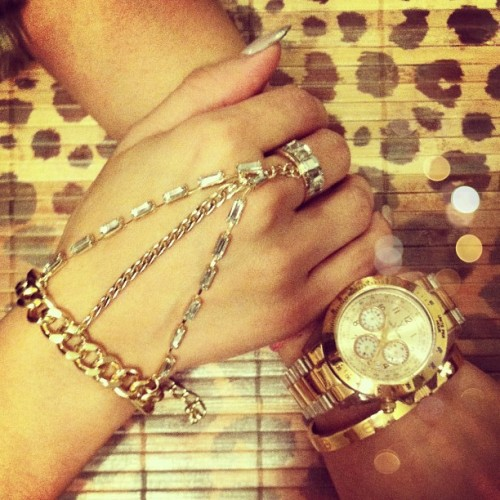 Tonight's arm fiesta! #armswag #accesories #gold  (at flordemariafashion.com)