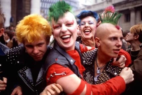 """(No Future!初期のパンクスたちの写真:ザイーガから)   パンクは1970年代中頃、アメリカ合衆国とイギリスで生まれた、パンク・ロックを中心に発生したサブカルチャーで、初期のイギリスのパンクスは No Future というスローガンでニヒリズム的姿勢を表していました。これは、セックス・ピストルズの """"God Save the Queen"""" の一節です。(wikipedia)  その当時、70年代から80年代初頭にかけてのパンクスたちの写真が特集されていました。 ■1.ロンドン、1979年。 ■2.ジュークボックスを破壊、1979年 ■3.イギリス、1980年 ■4.ラモーンズのジョニーラモーン、1977年 ■5.ザ・クラッシュ、1975年 ジョー・ストラマーとミック・ジョーンズ ■6.ラモーンズのジョーイ・ラモーン、1977 ■7.ロンドン、1983年 ■8.スウェーデン、1977年 ■9.ロンドン100クラブ、セックス・ピストルズのジョニー・ロットンとスティーブ・ジョーンズ1976年 ■10.時代を代表したパンクロッカーたち、1976年 ■11.スウェーデン、1977年 ■12.ロンドンのレインボー・シアター 1977年 ■13.ロンドン、1983年 ■14.イギリス、1983年 ■15.ロンドンのラウンドハウス、1975年 アメリカ、ニューヨークのピストルズと呼ばれた『DEAD BOYS』のフロントマン. STIV BATORS ■16.ロンドン、1977年。 ■17.セックスピストルズ、シド・ヴィシャス 1977年。 ■18.イギリス、1980年via:buzzfeed"""