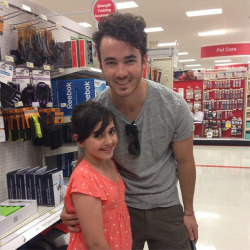 asiwwywabbit: @u_hating2 sister saw kevin from the jonas brothers at target