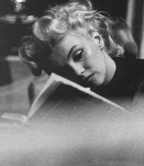 theniftyfifties:  Marilyn Monroe reads.